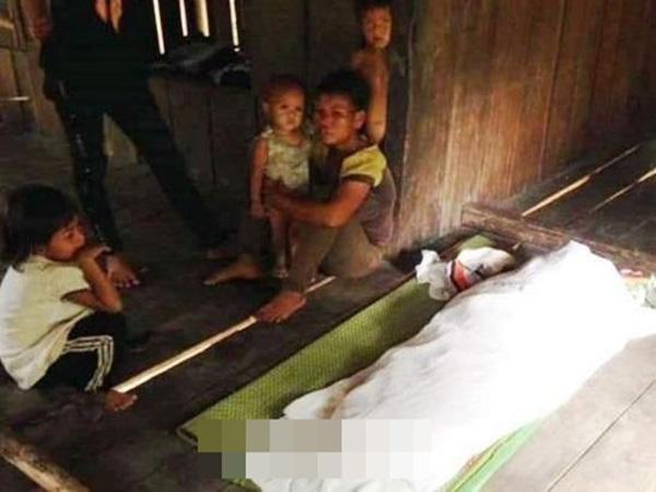 Thương tâm: Gia đình nghèo ngồi khóc bên thi thể con trai 4 tuổi đuối nước khi đi tìm mẹ
