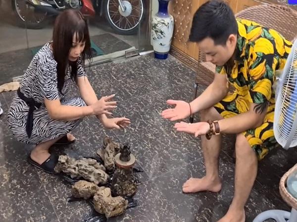 """Khoe đêm hôm đào được cổ vật """"đẹp nhất tỉnh Cao Bằng"""", cô dâu 63 tuổi và chồng trẻ bị dân mạng cười vì nội dung """"tấu hài cực mạnh"""""""