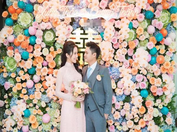 Khỏi cần đoán cô dâu bí mật của thiếu gia Phan Thành nữa, bởi Primmy Trương đã lộ diện e ấp bên chàng rồi đây!