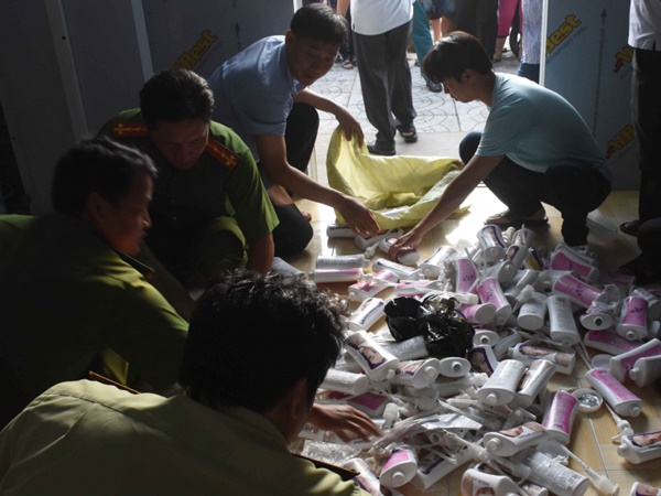 Công an phá khóa kiểm tra kho hàng mỹ phẩm ở Cà Mau