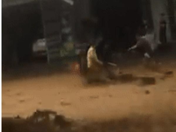 Kinh hoàng cảnh một người bị lũ quét cuốn phăng ở Quảng Nam, hành động của người dân khiến cộng đồng mạng cảm động
