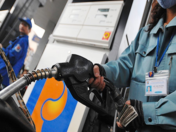 Lần đầu tiên, giá xăng dầu giảm đúng đêm Giao thừa