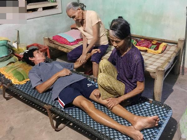 """Lời khẩn cầu của người mẹ già yếu, đau đớn nhìn con trai chết mòn: """"Hết tiền rồi con bà không được chữa bệnh nữa"""""""