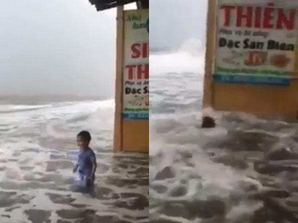 Clip mẹ để con đứng chơi một mình giữa sóng lớn rồi quay video bị cư dân mạng 'ném đá'