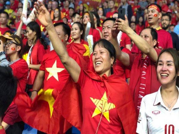Mẹ thủ môn Bùi Tiến Dũng cười tươi, vẫy tay chào con trai từ trên khán đài trong trận tứ kết Asian Cup 2019 tại Dubai