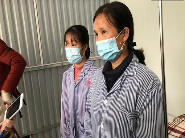 """Mẹ và em gái nữ công nhân trở về từ Vũ Hán được xuất viện sau 15 ngày điều trị COVID-19: """"Thấy bảo mọi người nói con ghê quá, tôi chỉ biết động viên gia đình cố gắng vượt lên"""""""