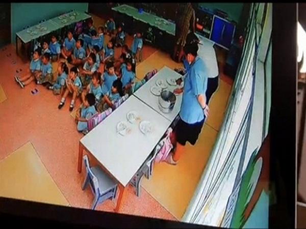 Mỗi ngày tan học con đều mếu máo vì đói, ông bố kiểm tra camera thì 'chết đứng' khi thấy bí mật của cô giáo