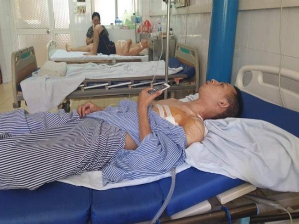 Nam sinh mới ra trường kể giây phút tông xe vào kẻ cướp tiệm vàng, bị đâm trọng thương