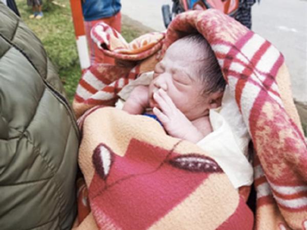 Cô giáo Nghệ An đỡ đẻ cho học sinh cũ bên đường, đón bé trai kháu khỉnh nặng 3kg chào đời