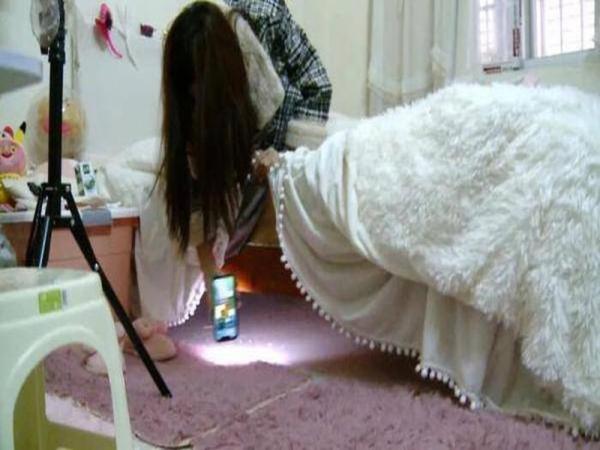 Nghe tiếng động lạ lúc rạng sáng, cô gái nhìn xuống gầm giường thì phát hiện điều kinh hoàng