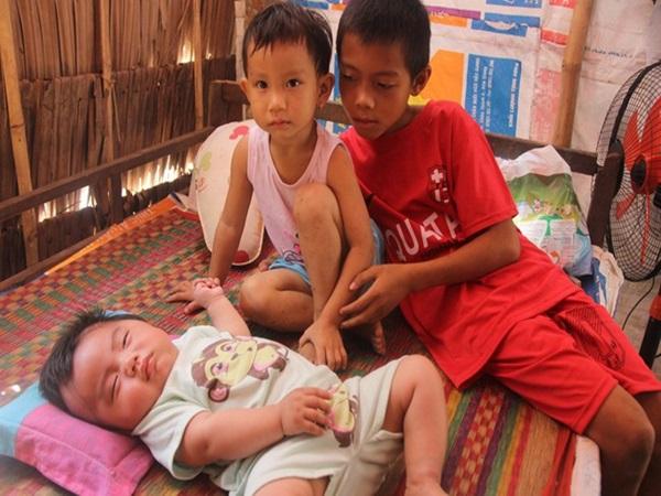 Lời khẩn cầu của người bố ôm con trai 9 tháng tuổi bệnh tật thì mẹ bỏ đi, để lại 3 con nheo nhóc