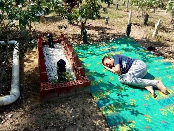Rơi nước mắt cảnh người con nằm hàng giờ, thủ thỉ bên cạnh ngôi mộ của bố