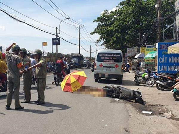 Xúc động cảnh người dân mang ô che thi thể nữ sinh 20 tuổi bị xe tải cán chết tại Sài Gòn