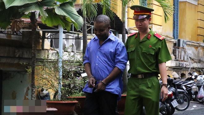 Người đàn ông ngoại quốc lĩnh 18 tháng tù vì rút tiền phi pháp - Ảnh 1
