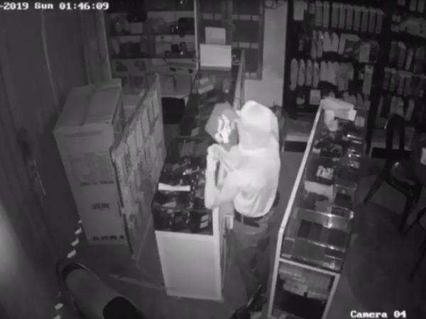 Người đàn ông ngoại quốc trộm iPhone 11 Pro ở tiệm Spa, rồi thả trong siêu thị