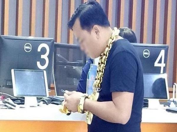 Người đàn ông tự nhận lúc nào cũng đeo 8kg vàng trên người khiến MXH xôn xao