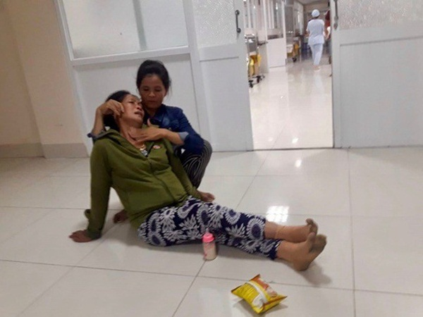 Người nhà khóc ngất khi hay tin sản phụ chết bất thường sau ca sinh mổ đứa con thứ hai