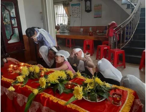 Người phụ nữ bị lửa thiêu khi chữa cháy rừng: Khóc ngất bên quan tài mẹ