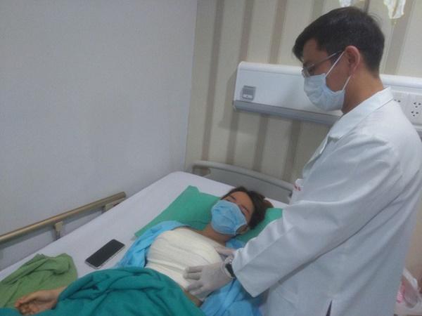 Mặc cảm ngực xẹp sau sinh, người phụ nữ Sài Gòn nhập viện với bộ ngực cứng như đá vì bơm silicon