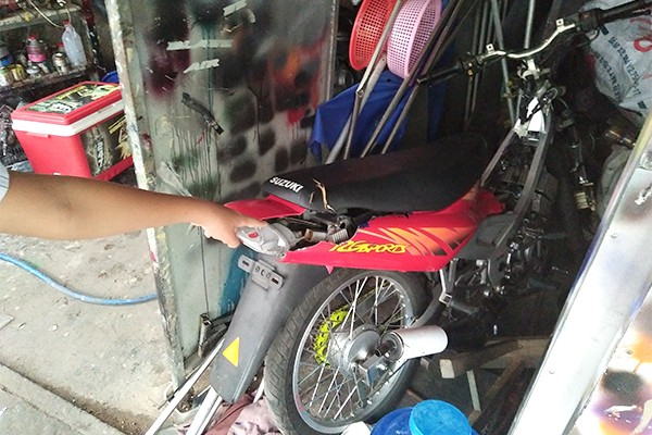 Đồng Nai: Nhóm thanh niên đập phá, ném bom xăng đốt tiệm sửa chữa xe máy trong đêm - Ảnh 1