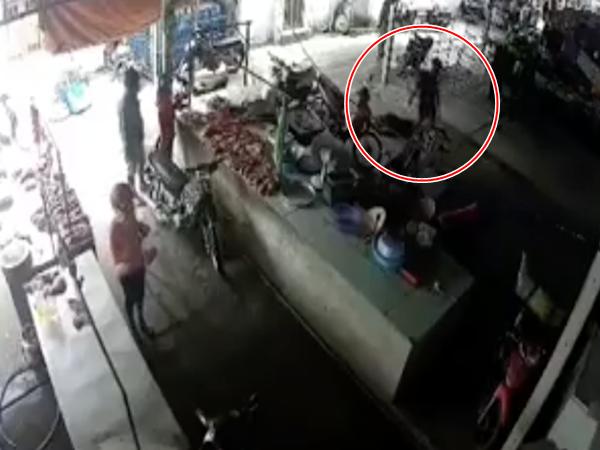 Gã đàn ông dùng dao đâm tình cũ nhiều nhát ngay giữa chợ, bị em trai nạn nhân giật dao đâm lại tử vong