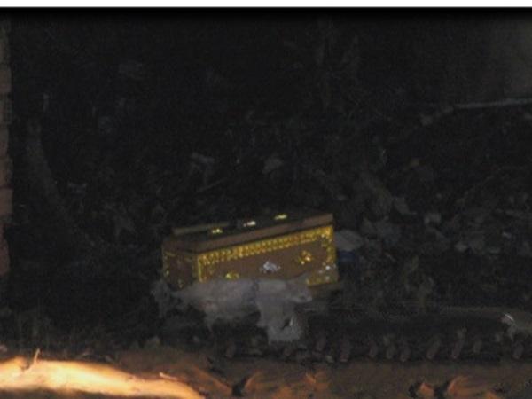 Hoảng hồn phát hiện thi thể bé sơ sinh đang phân hủy trong quan tài bị vứt ở bãi rác