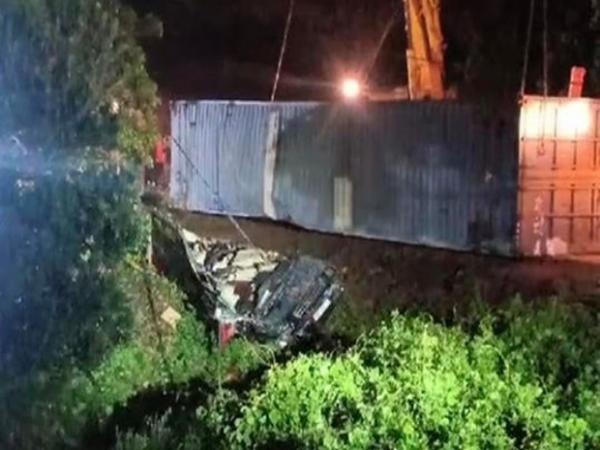 Quảng Ninh: Xe container đè xe limousine bẹp dúm, ít nhất 2 người tử vong