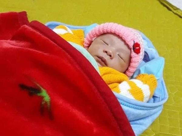 Quảng Trị: Tá hỏa phát hiện bé trai 2 ngày tuổi xinh như thiên thần bị bỏ rơi trong bao ni lông