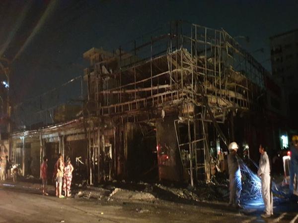 Shop thời trang và mắt kính ở Sài Gòn cháy ngùn ngụt trong đêm, nhiều tài sản bị thiêu rụi