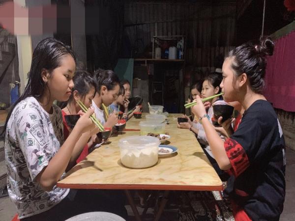 Sơ Nụ xây mái ấm cưu mang 16 trẻ mồ côi, 10 người già cô đơn
