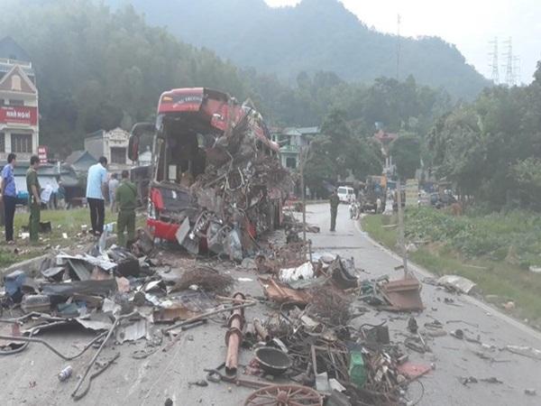 Tai nạn kinh hoàng ở Hòa Bình: Xe khách nát bét, 3 người chết, 31 người bị thương