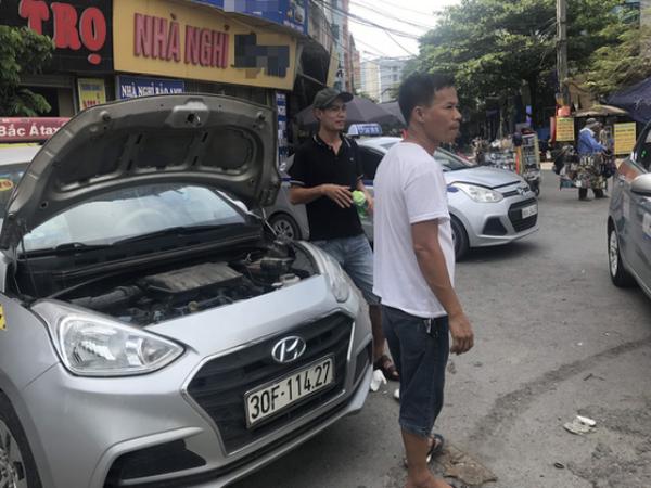 Tài xế taxi, xe ôm vắng khách, cả ngày vạ vật ngoài đường dưới cái nắng nóng trên 50 độ của Thủ đô