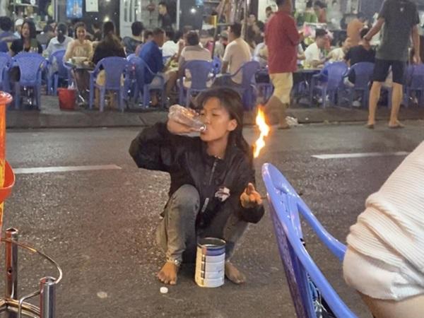 """Tâm sự cô gái 17 tuổi hành nghề phun lửa dầu hôi mua vui giữa đêm Sài Gòn: """"Em không làm thì con em chết đói"""""""
