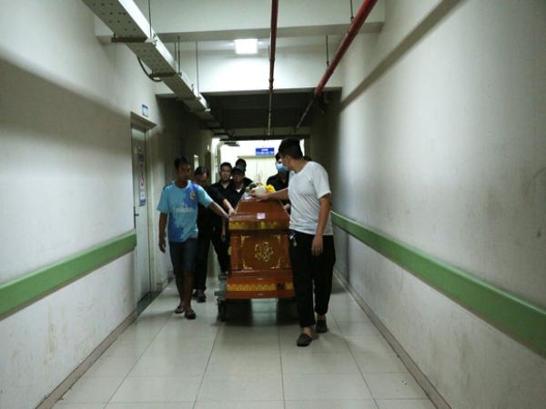 Tang thương cảnh vợ nghẹn ngào đến nhận xác chồng trong vụ sập công trình nghiêm trọng ở Đồng Nai