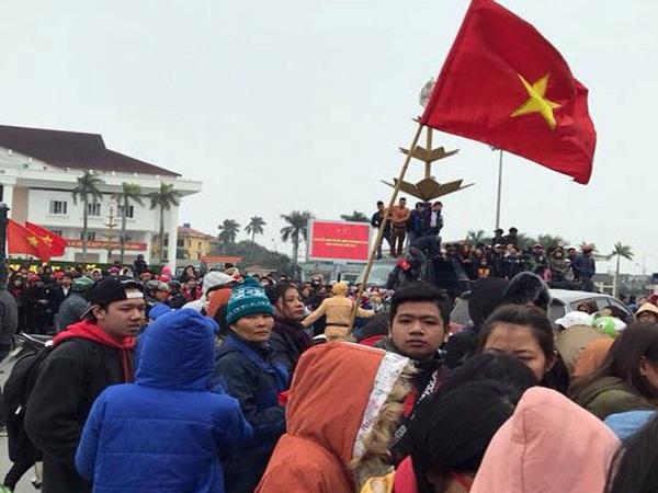 """Thái Bình: Ùn tắc nhiều km đường chào đón """"hotboy"""" U23 Việt Nam Đoàn Văn Hậu - Ảnh 1"""