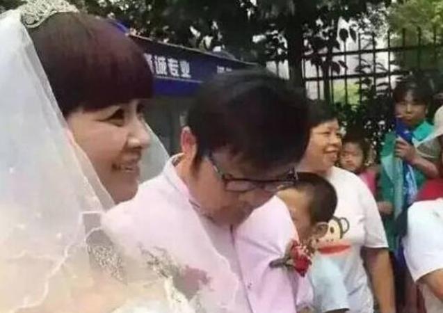 Thanh niên 27 kết hôn với vợ 52, dân mạng mỉa mai 'giống mẹ con', nhưng biết danh tính cô dâu, nhiều người muốn thay thế