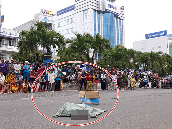 Kiên Giang: Người phụ nữ chạy xe máy đánh rơi bao tải chứa thi thể thai nhi xuống đường