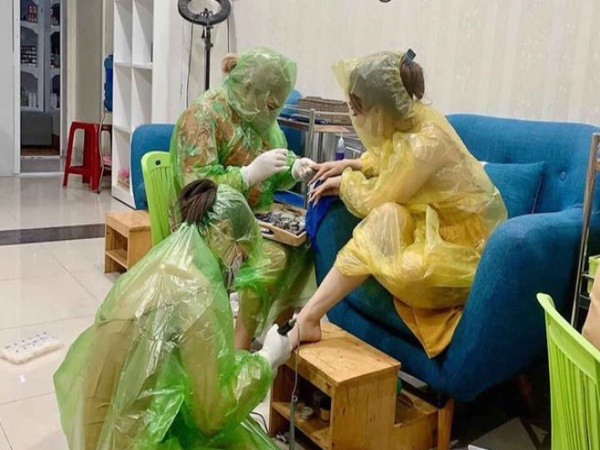 Tiệm làm móng mùa dịch: Cả khách lẫn nhân viên trùm áo mưa kín mít bị chỉ trích vì một điều