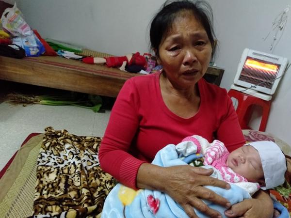 Tiếng khóc xé lòng vì khát sữa của bé gái mới chào đời đã mất mẹ