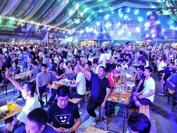 Trung Quốc: Hàng nghìn người không khẩu trang dự lễ hội bia giữa đại dịch COVID-19