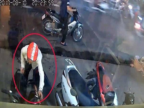 Túng tiền, nguyên thầy giáo trộm xe máy, lấy tiền trong cốp tiêu xài