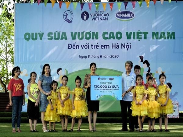 Vinamilk mang niềm vui uống sữa đến với trẻ em Hà Nội thông qua Quỹ sữa Vươn cao Việt Nam