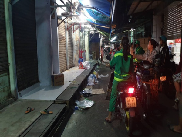 Vợ cầm dao đâm chết chồng ngay giữa chợ, người thân ôm thi thể khóc ngất