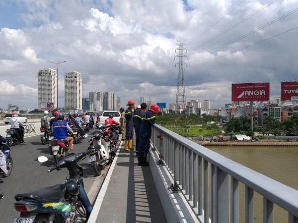 Vợ hoảng loạn cầu cứu khi chứng kiến cảnh chồng nhảy sông Sài Gòn ngay trước mặt mình