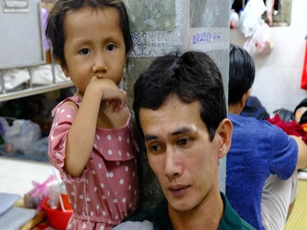 Vợ mới mất 50 ngày thì con gái 6 tuổi nhập viện trị u não ác tính, người đàn ông bất lực giành giật sự sống cho con
