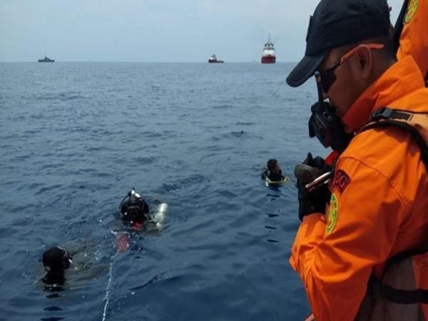 Vớt được thi thể đầu tiên trong vụ máy bay Indonesia chở 189 người lao xuống biển