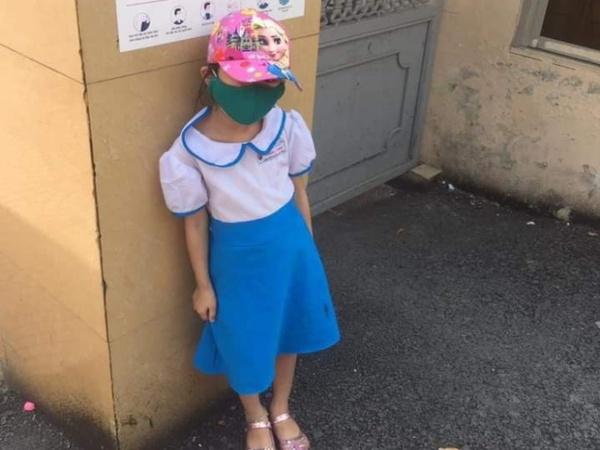 """Vụ việc bé gái bị phê bình vì đi học sớm, phải đứng ngoài cổng trường giữa trưa nắng 40 độ, phụ huynh bức xúc: """"Con hiện giờ rất sợ cô"""""""