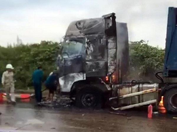Xe đầu kéo rơ moóc bùng cháy dữ dội khi đang lưu thông