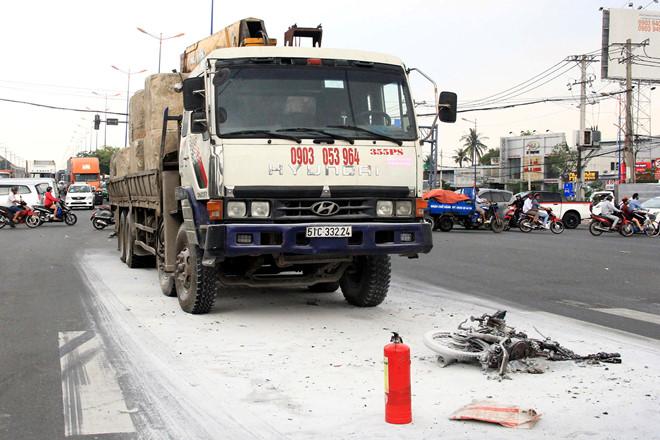Xe máy cháy rụi sau va chạm ôtô tải, một người thiệt mạng - Ảnh 1