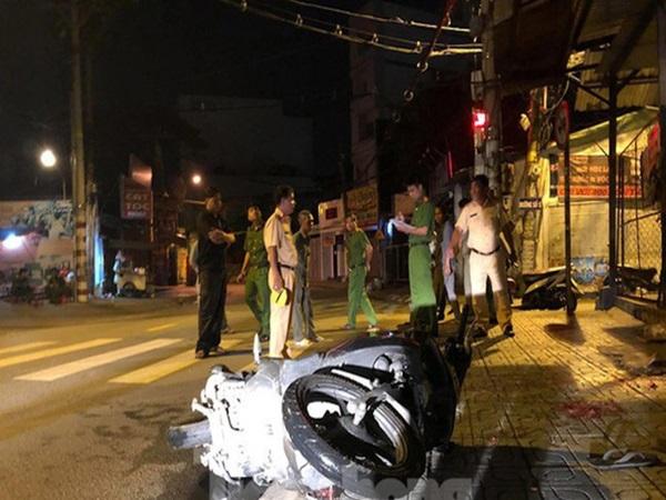 """Xe máy """"kẹp"""" 3 đâm cột mốc, 2 người chết tại chỗ, 1 nguy kịch"""